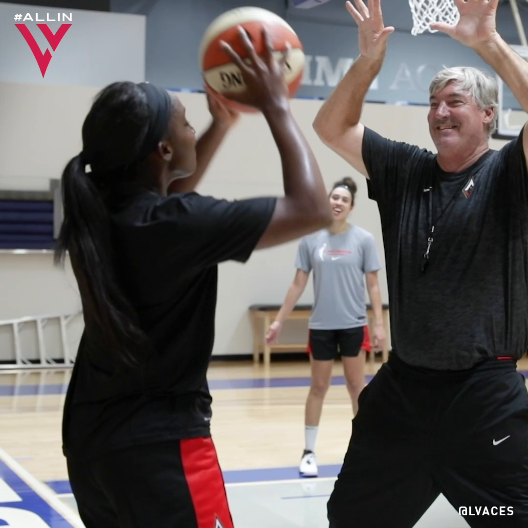 Bill Laimbeer with the spirit fingers defense 😂 (via @LVAces)