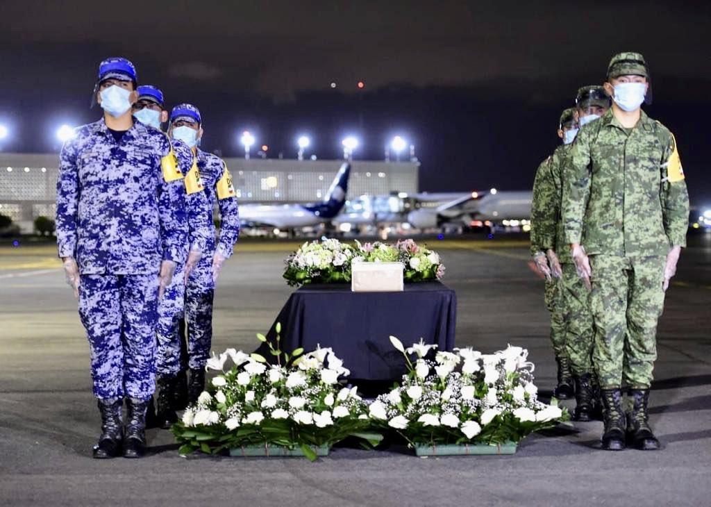 Extendemos condolencias a familiares y amigos de nuestros connacionales fallecidos por #COVID19 en EU. Con guardia de honor en el @AICM_mx, el @GobiernoMx recibió 245 urnas con sus cenizas.  Que en paz descansen. https://t.co/1EbNAJGZ61