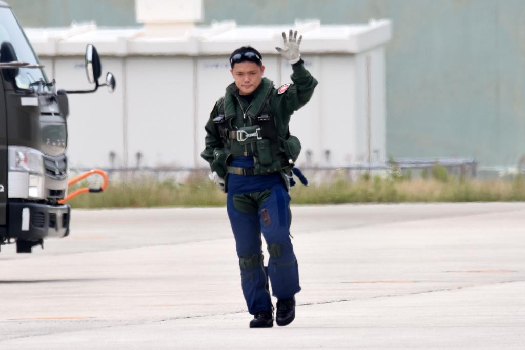 浜松基地での移動訓練から帰投時のパイロットさん…住田さん。永岡さん。平川さん。20200710 #ブルーインパルス #松島基地 #浜松基地 https://t.co/nYLbuBBtvX