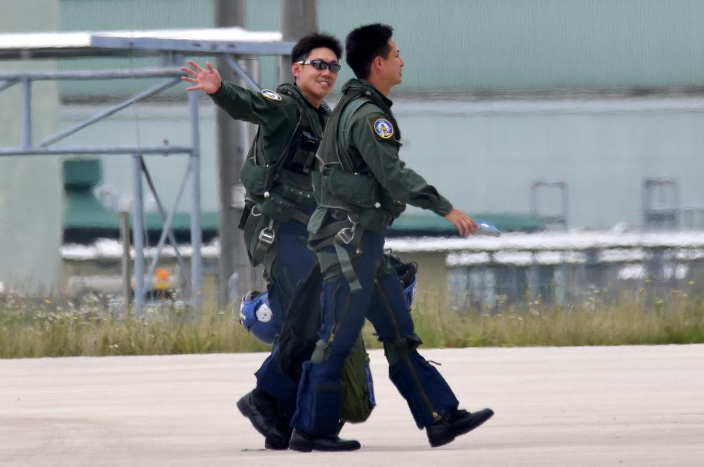 浜松基地での移動訓練から帰投時のパイロットさん…4番機は、佐藤さんと河野さん。20200710 #ブルーインパルス #松島基地 #浜松基地 https://t.co/miuhsuqRzp