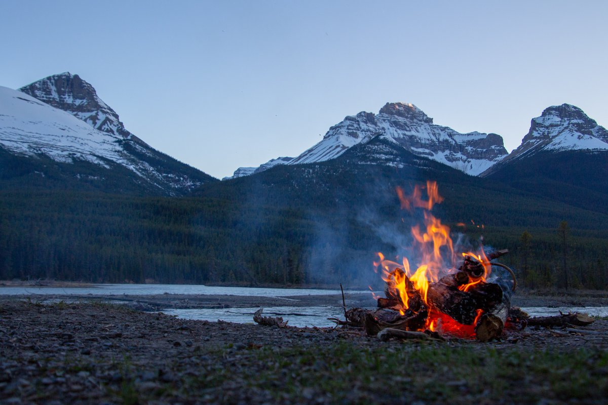Did you know fires have burned an average of 2.4 million hectares of forest in #Canada each year? Make sure to take proper steps with your #campfires to ensure that they do not add to this number. http://bit.ly/31IwN0X #FireSafety pic.twitter.com/UmrVIfVrlr