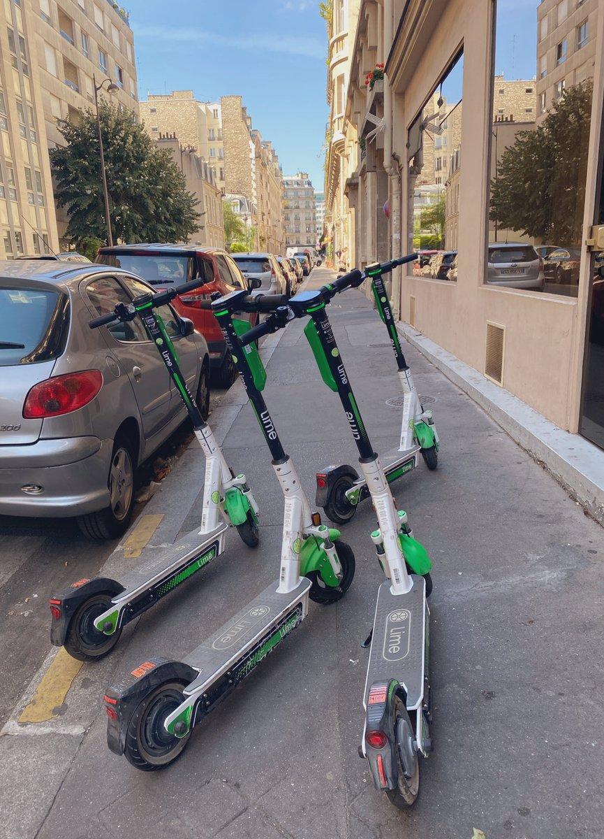 .@limebike Ça arrive trop souvent: des trottinettes occupant les trottoirs. Ocurre demasiado a menudo: patinetes ocupando las aceras. Tirados en cualquier sitio. #París pic.twitter.com/5EGvIpJWMp