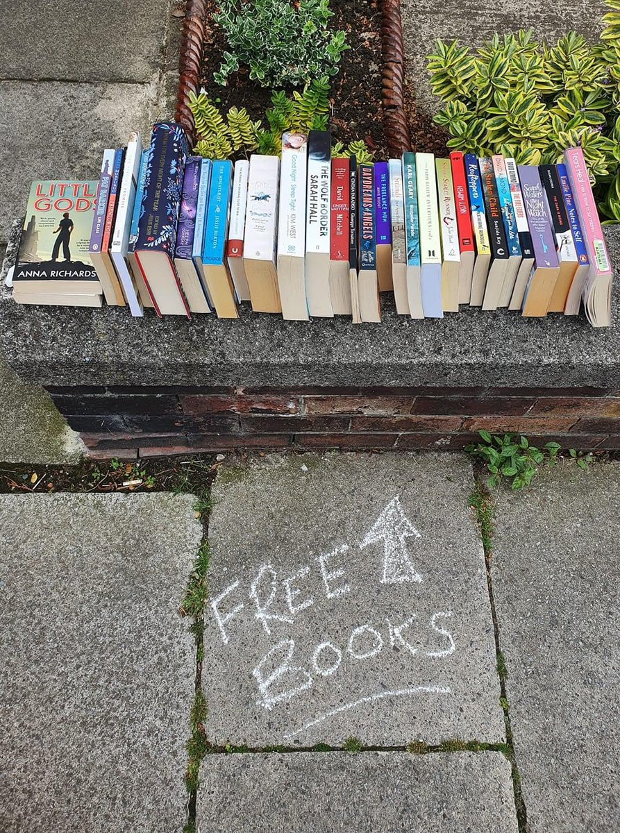 Putting free #books out for people is weirdly like feeding the birds. pic.twitter.com/Y1znC9f73o
