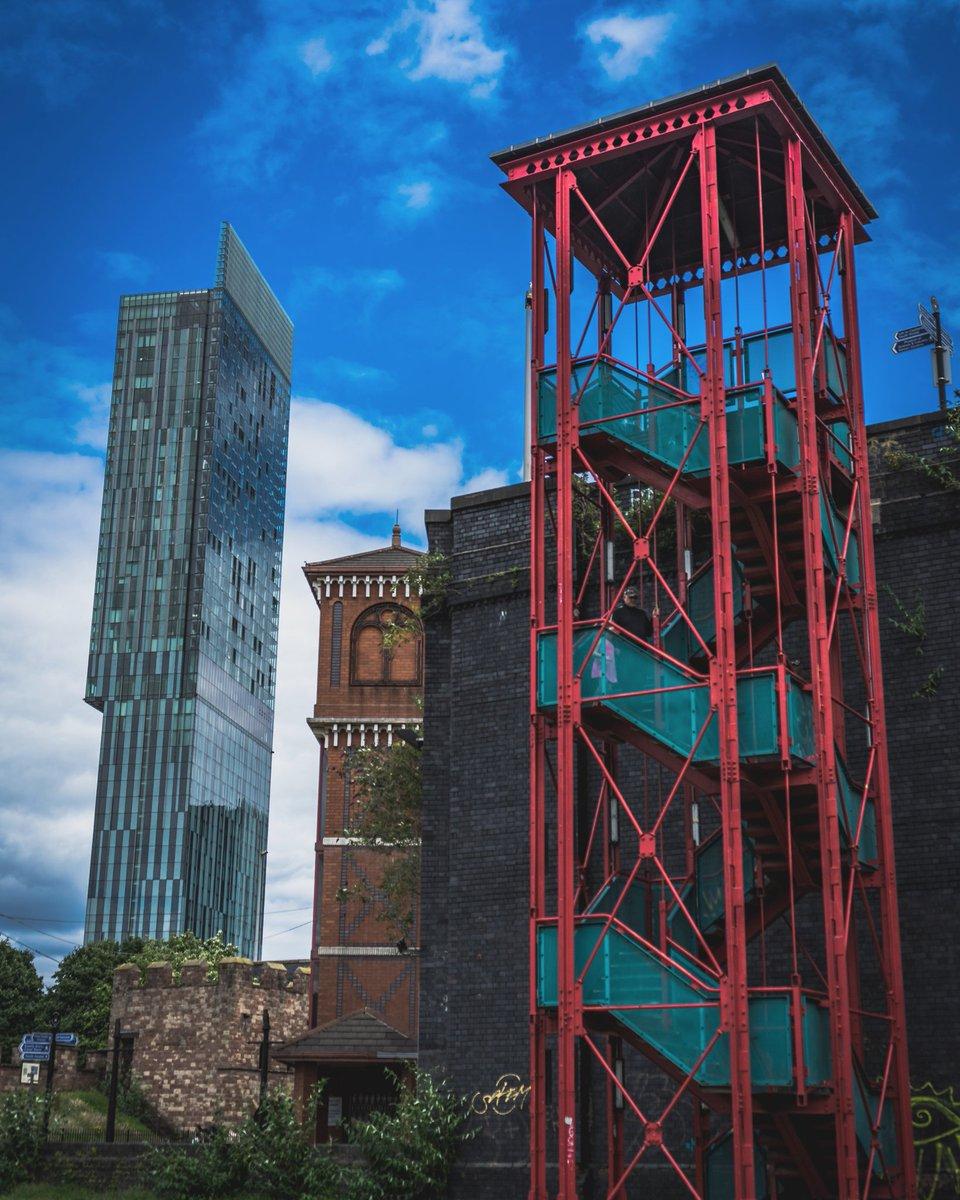 Old vs new! #manchester #igersmcr #archilovers #mcruk #architecturelovers #thisismcr #building #manchestereveningnews #architectureporn #mcr_follow #architecturephotography #buildings #mufc #archidaily #mcr_collective #arquitectura #wearemcr #architect #architexture #ilovemcrpic.twitter.com/yjJQN9SL5v