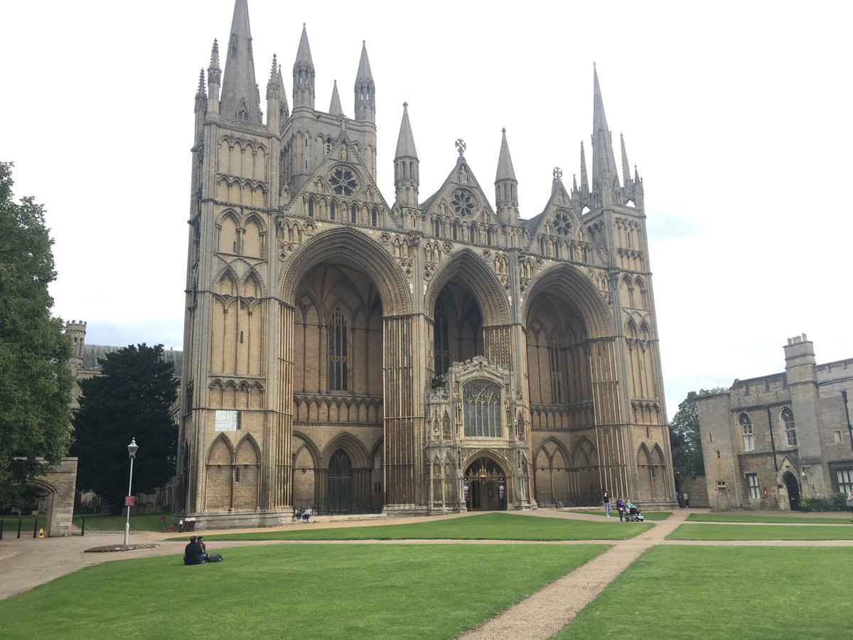Peterborough Cathedral's holding its first public service since lockdown today. Guests have had to book their place in advance. There'll also be no singing at the socially-distance Holy Communion, to minimise the spread of coronavirus. #Cambridgeshire #HeartNewspic.twitter.com/n4AKfhnpWo