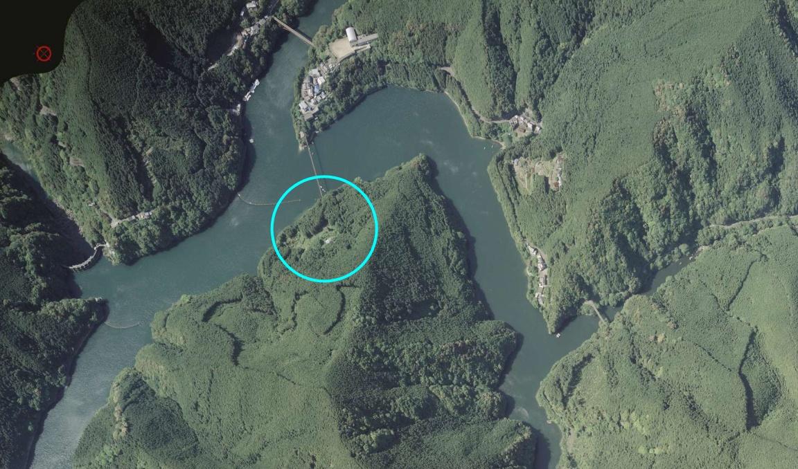 スレッドにします。『ダム湖に架かる大きな吊橋』多くの吊橋が存在する紀伊山地。連なる山々に深く刻まれた谷間には、大小様々な吊橋が架かる。このダム湖にも大きな吊橋が架かるが、その先は生い茂る緑の中へと消えている。吊橋の行き着く先を求めて、大塔村の『小麦集落』に行ってみた。