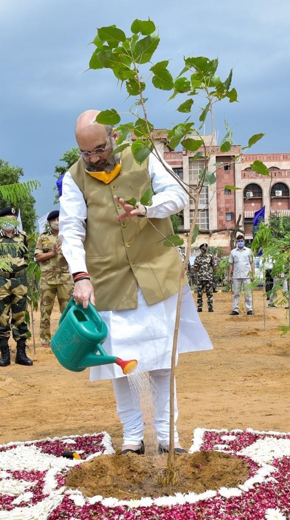 केंद्रीय सशस्त्र पुलिस बलों द्वारा चलाए जा रहे 'अखिल भारतीय वृक्षारोपण अभियान' के अंतर्गत आज गुरुग्राम में वृक्षारोपण किया।  वृक्ष हमारे पर्यावरण की बहुत मूल्यवान संपदा है। यह ना सिर्फ सभी जीवों के लिए ऑक्सीजन देते हैं बल्कि मनुष्यों के लिए आवश्यक संसाधनों की पूर्ति भी करते हैं। https://t.co/A0E3H0t90x