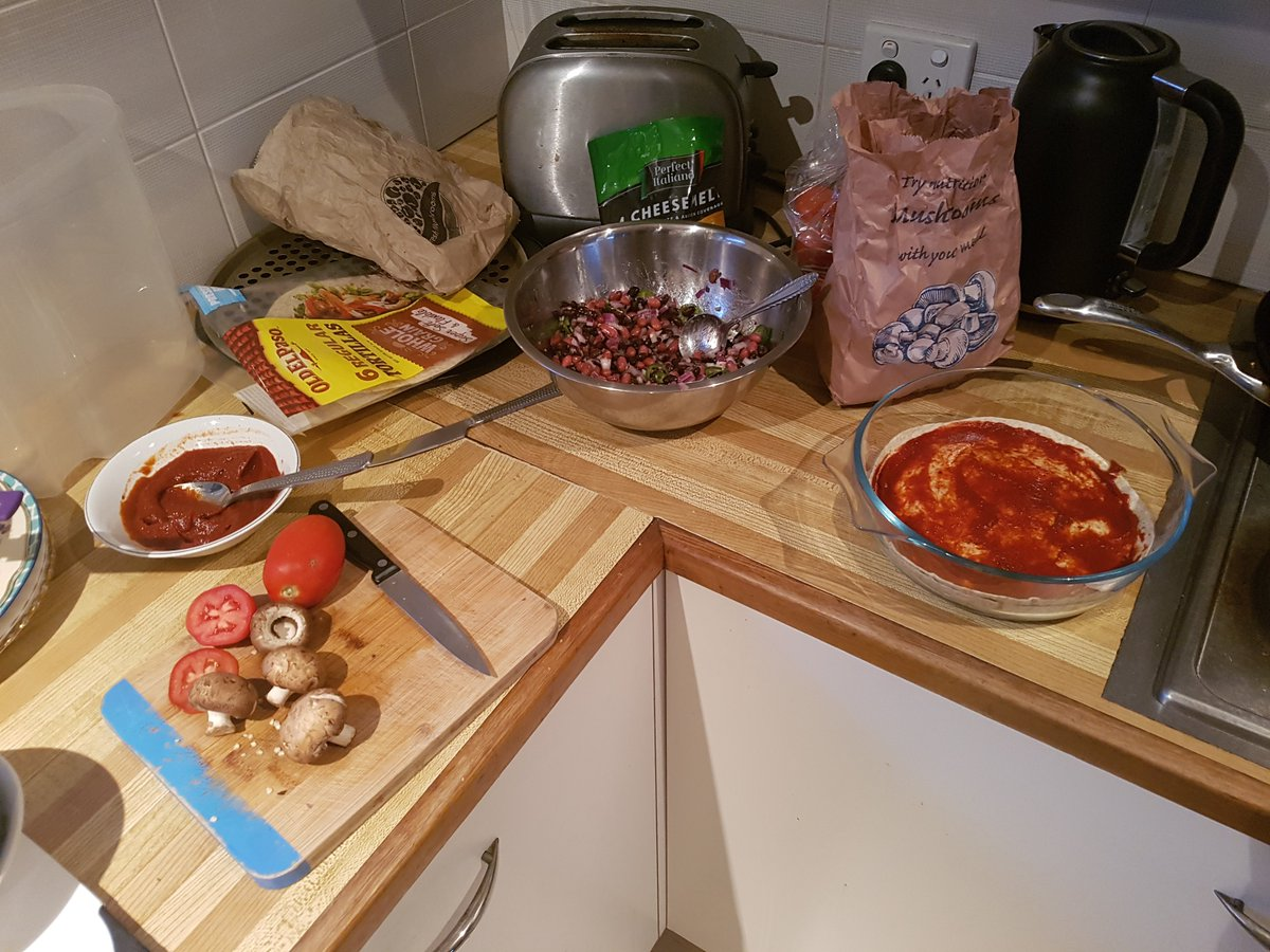 """Mexican lasagne"" Burrrito layers with beans, onions, tomatoes, mushrooms, chillies, cheese and will chuck it in the oven. <br>http://pic.twitter.com/SpE6QeVGk4"
