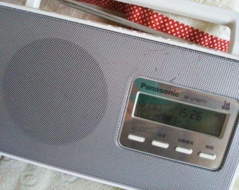 TVの音は聞きたいけど画面観ると目が悪くて疲れるからほとんど毎日TVはつけないんだけど父が生前聞いてたヤツでTVとラジオが両方聞けるのを使ってる…コレも『父の遺品』になるのかな?マジックみたいなのがいっぱい書いてあるけど…遺品整理の時このラジオは持って帰って来たの📻♫