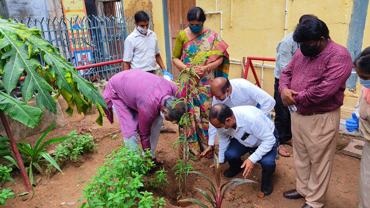 Union Minister of State for Culture and Tourism (I/C), Shri @prahladspatel alond with MP (Vadodara), Smt Ranjanben Bhatt visited Tamberkarwada Haveli, sub-office of @ASIGoI in Vadodara, Gujrat & planted trees to support the #SankalpParva campaign of @MinOfCultureGoI  #संकल्पपर्व https://t.co/NWTxfER4W9