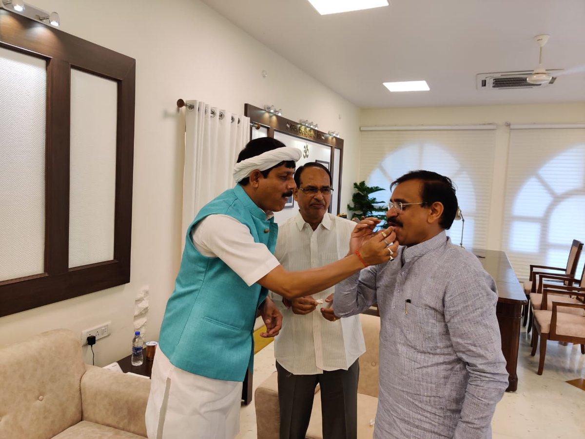 मध्यप्रदेश कांग्रेस को एक और झटका.. BJP में शामिल हुए कांग्रेस विधायक प्रद्युम्न लोधी   #MadhyaPradesh https://t.co/9qz91gHfeU