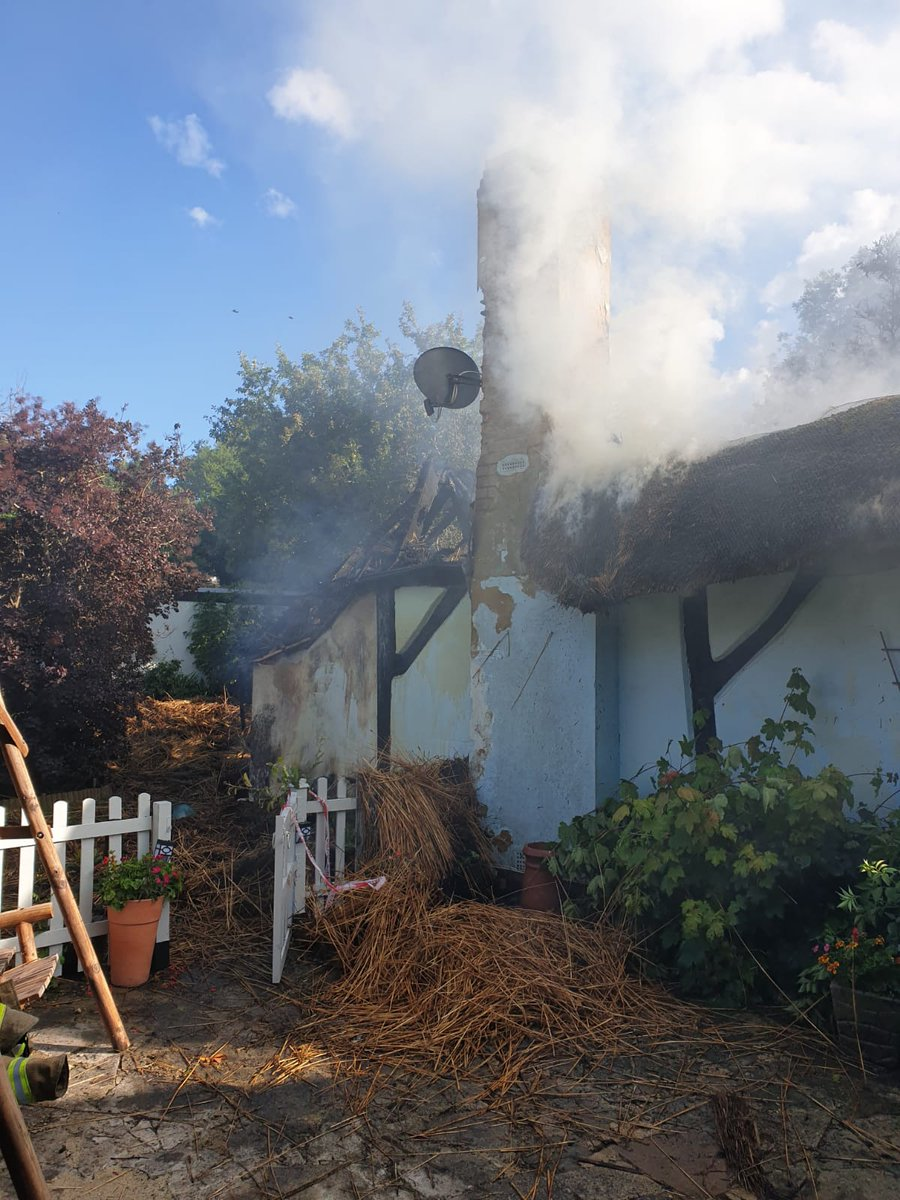 🚨 - 14:42 @LudgershallFire crew mobilised alongside multiple crews from @Hants_fire @DWFireRescue to a thatch fire in #thruxton. A great stop to prevent further fire spread #ONETEAM #999family https://t.co/7urMBcmGoA