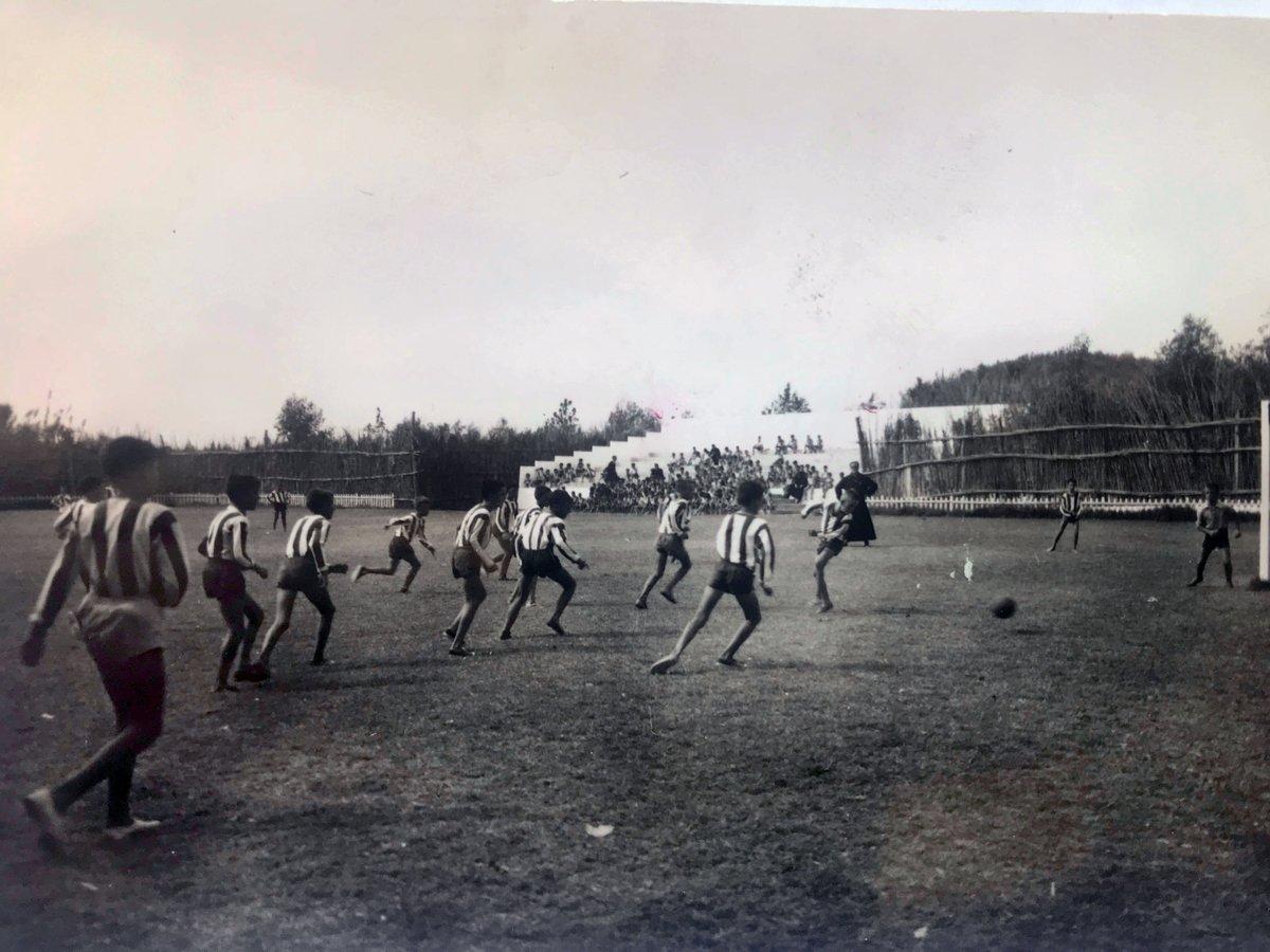 ⚽ En 1959 'La Colonia' de #Sabinillas, origen de nuestro actual Campus, seguía creciendo. A sus instalaciones se sumó aquel año el campo de #fútbol Y como era de esperar ¡se quedó para siempre! ¡Igual de futboleros eran los chicos de entonces que los de ahora! #RecorreCampus (3) https://t.co/dI1aaFfLP0