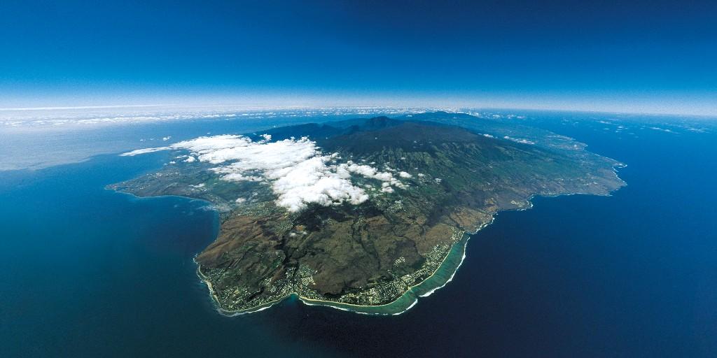 La Réunion, grain de beauté de l'océan Indien. ❤  📸Serge Gélabert  #LaReunion #ileintense #reuniontourisme #GoToReunion #CetEteJeVisiteLaFrance #Sevader https://t.co/i24oj3O2zb