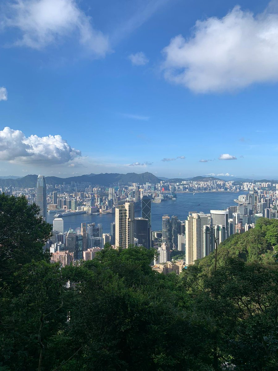 13 KM Sunday afternoon hike in gorgeous (but hot/humid) #HongKong w/ @AmyMariePowell   The view from The Peak, looking out towards #Kowloon and the New Territories. https://t.co/vCDBoXac48