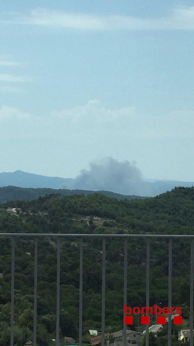 Els @bomberscat confirmen que no hi havia ningú treballant a la fàbrica que crema activament a Sant Vicenç de #Castellet #bages