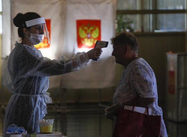 #12Jul 🇷🇺La capital rusa, Moscú, con una media de 650 casos diarios de COVID desde comienzos de mes, avanzará este lunes, en la desescalada de las medidas restrictivas para frenar la propagación del nuevo coronarivus. #TVVNoticias https://t.co/HZBGYvZcdV