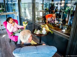 Ali B laat ouderen en kinderen samen Delfts blauw beschilderen #NationaleZorggids @AliBouali @Zorggids #delftsblauw #ouderenzorg #hulpinhuishouden #huishouden #begeleidendeten #senioren #ouderen #ouderenzorg #seniorenrespons https://t.co/HU1TJKQVFv