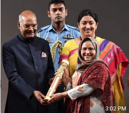 Proud moment for #Kashmir & it's daughter.   #ArifaJan was awarded 'Nari Shakti Puraskar' by Rashtrapati Bhavan on the occasion of #InternationalWomensDay for reviving the lost art of Numdha handicrafts.  #inspiring #womenempowerment #pride #peace https://t.co/DQ3whxdOIi