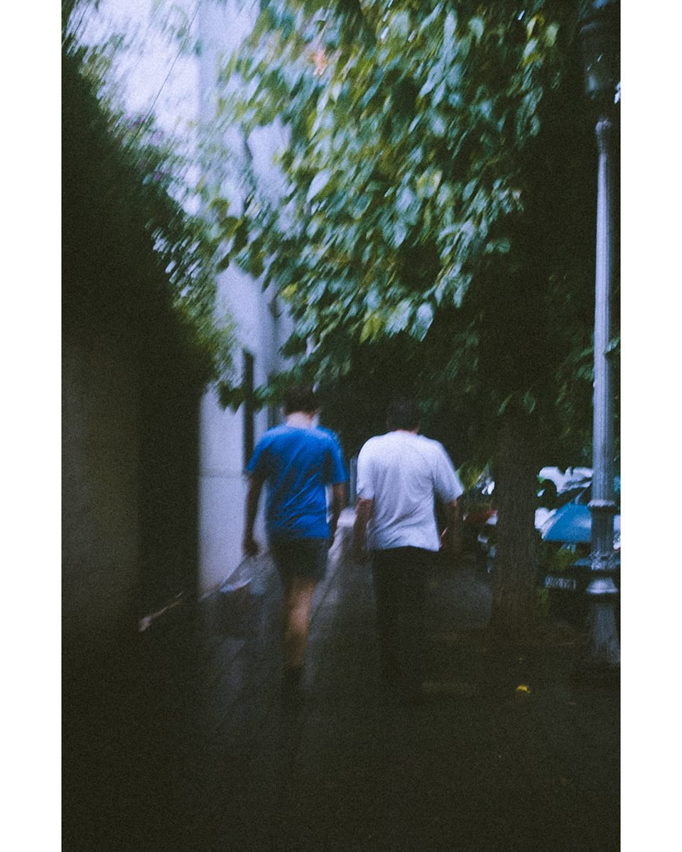 Caminando con la lluvia #streetphotography #streetmoments #street_persons #street_avengers #cinematography #cinema #filmcommunity #filmphotography #picoftheday #photooftheday https://t.co/7amGvD9xjb