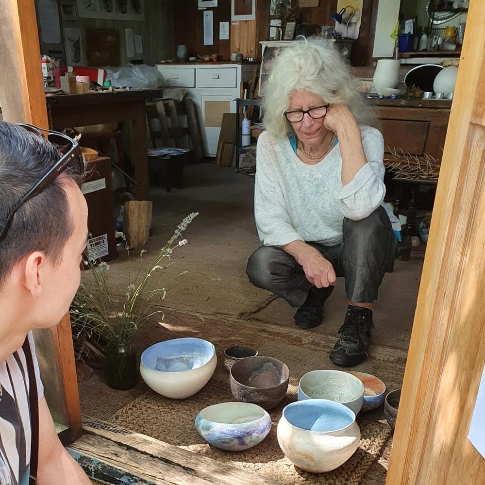 Met Elspeth Owen at her studio, an honour! #ceramicart #elspethowen #Studiopotterypic.twitter.com/XWDdtuDLPq