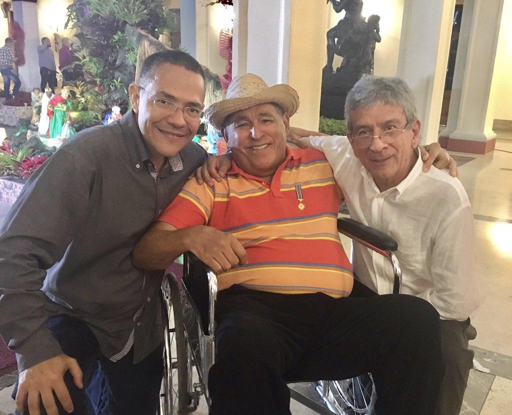 El #12Jul de 1947, hace 73 años, nació en El Pilar, estado Sucre, el maestro Gualberto Ibarreto, autor e intérprete de piezas fundamentales del acervo musical de #Venezuela. En la foto junto a Chuchito Sanoja y este servidor en Miraflores en 2016. ¡Feliz cumpleaños, maestro!