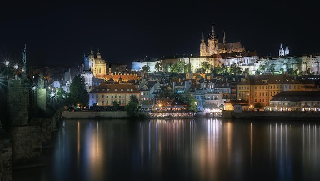 #Prague de #nuit par Fran Osuna, bon repos, à demain ! https://t.co/PwPCcDG5dB
