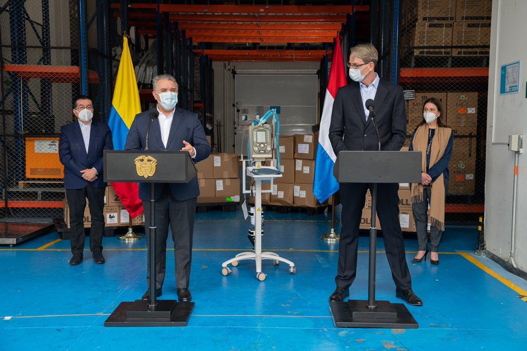 """Al recibir 30 ventiladores entregados por los Países Bajos para la atención de pacientes con covid-19, el Presidente @IvanDuque afirmó que esa donación """"la recibimos con agrado, pero además con infinito sentido de amistad fraterna"""". https://t.co/ibGtkaQvEz"""