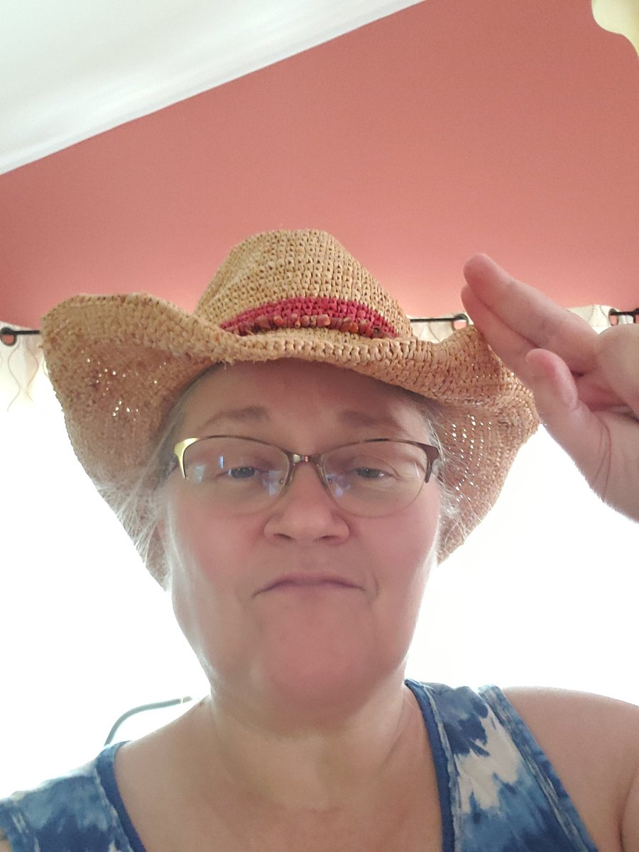 Venturing out to piddle around in the garden - wearing my IW hat cuz I miss my tennis & tennis buddies (roomie!) dearly.  <br>http://pic.twitter.com/aNFAvHnS70