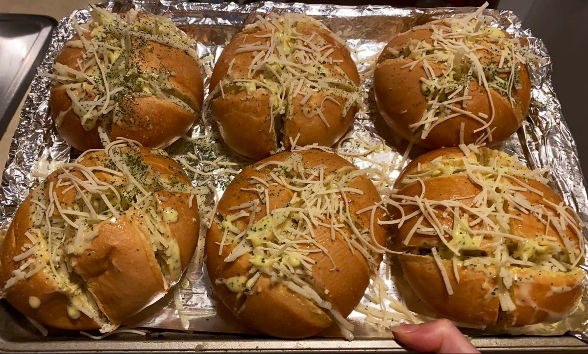 vegan cheesy garlic bread and creamy tomato pasta  <br>http://pic.twitter.com/aOxJvVjexY