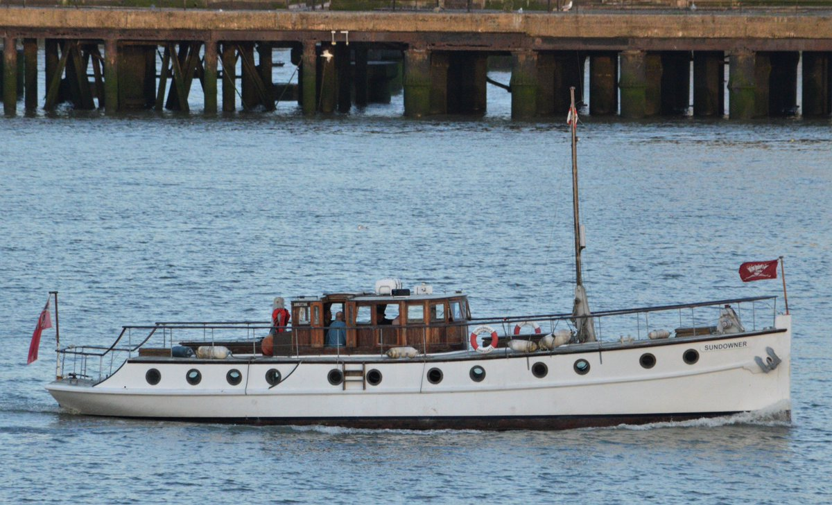 Just before sunset this evening the @NatHistShips @Dunkirk_Ships SUNDOWNER heads up the #Thames to #London #dlr_blog