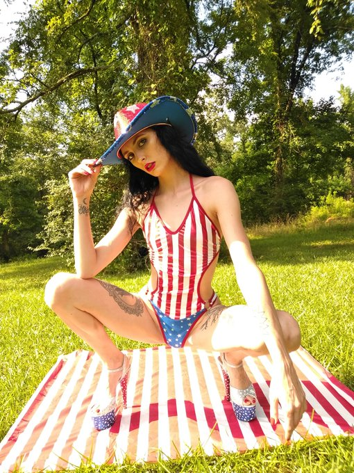 1 pic. https://t.co/NSCtxlKD3k 🇺🇸AMERICAN GIRL🇺🇸 Stilettos👠Cowgirl Hat🤠Popsicles🍦Hot Dogs🌭Beer🍺Sparklers💥Fireworks🧨 Red