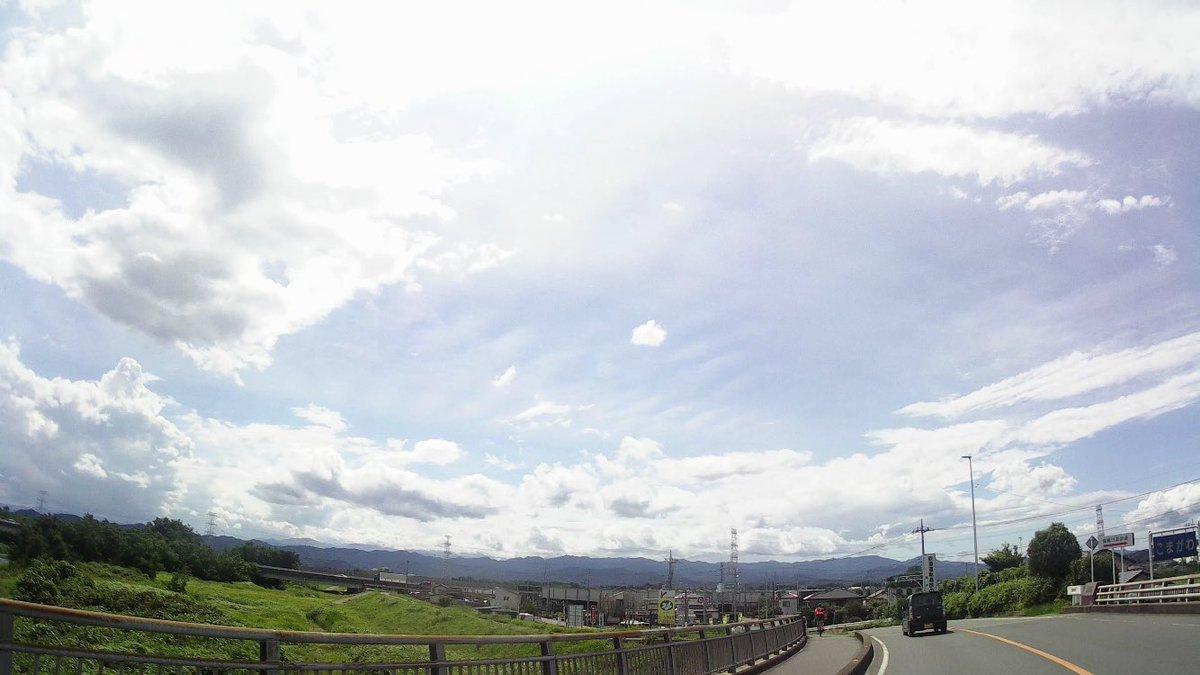 おはようございます  今日からまた1週間始まりましたね〜! 雨が凄くなる地域もあるみたいなので、 用心してください  昨日の一コマ! 雲に迫力があっていい仕事してましたね。 視界に飛び込む壮大な景色が好き。 走ってて気持ちよかった!pic.twitter.com/T0TQ80tFCX