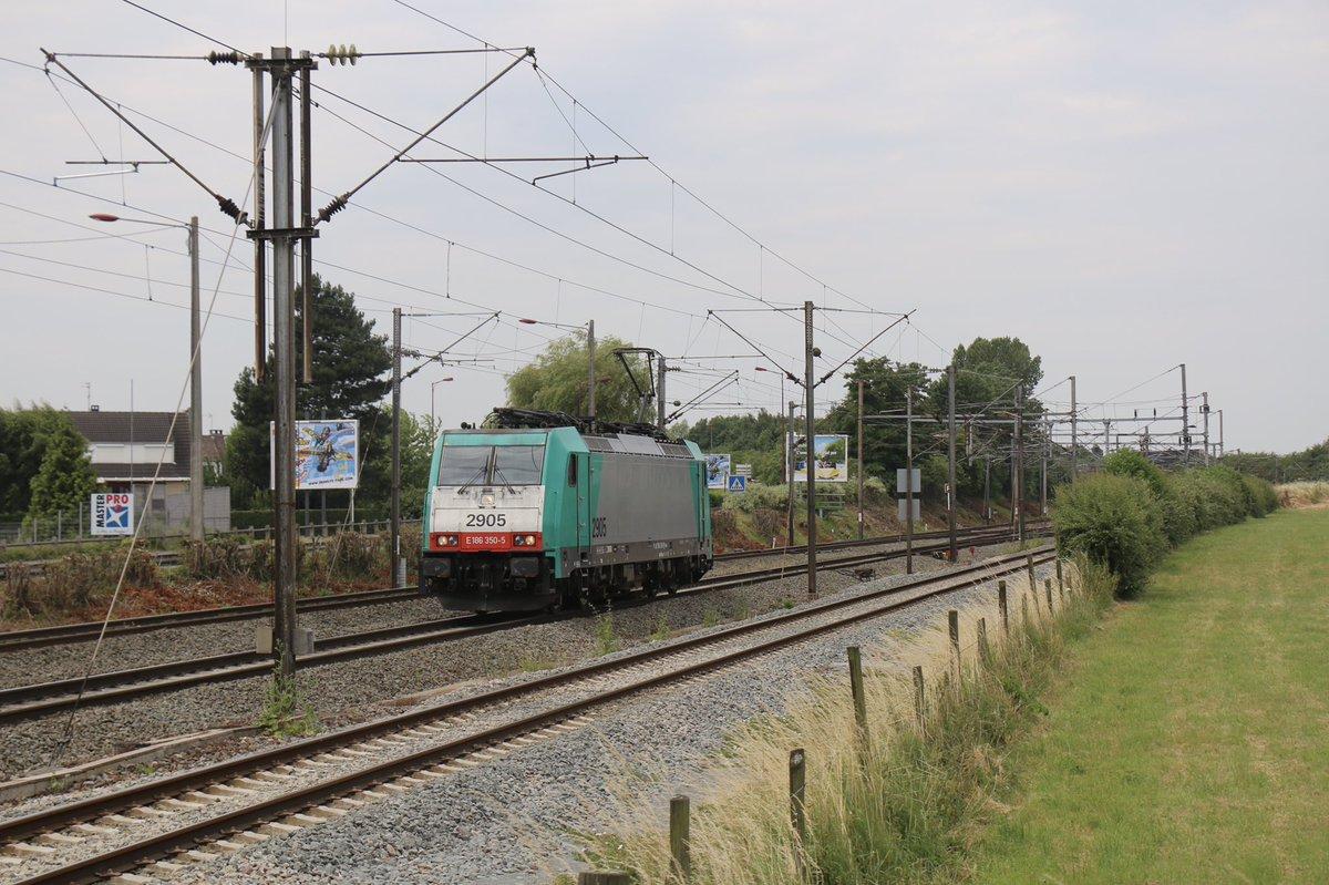 Juillet 2018, une locomotive Traxx BR186 @AlphaTrains (modèle Bombardier F140MS) louée par @LineasForce franchit la bifurcation de la Haute-Loge lors d'un parcours haut-le-pied machine seule entre Calais-Fréthun et la Belgique.  1/2pic.twitter.com/TeQWAHZuaQ