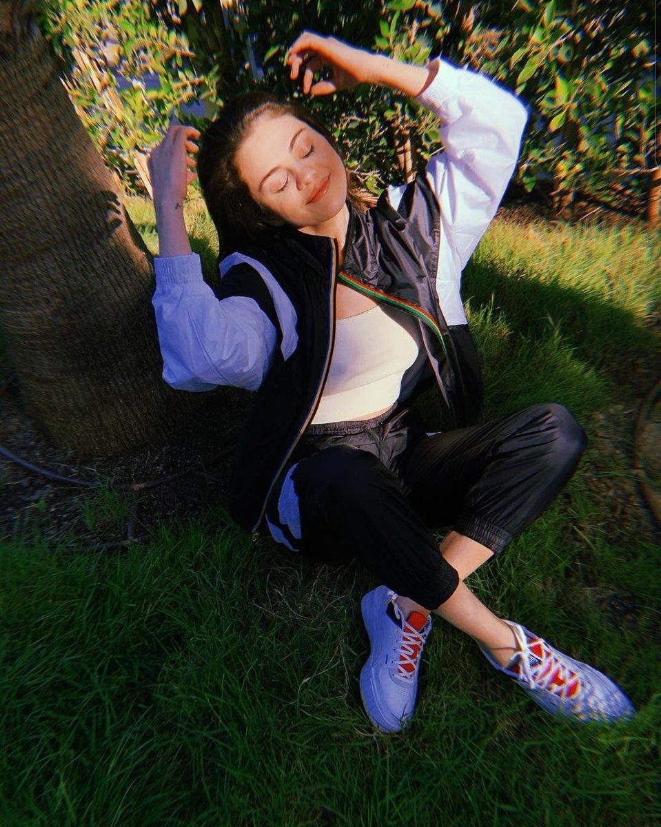 Anjo! Selena Gomez aparece deslumbrante como sempre em novas fotos e não choca ninguém 💕