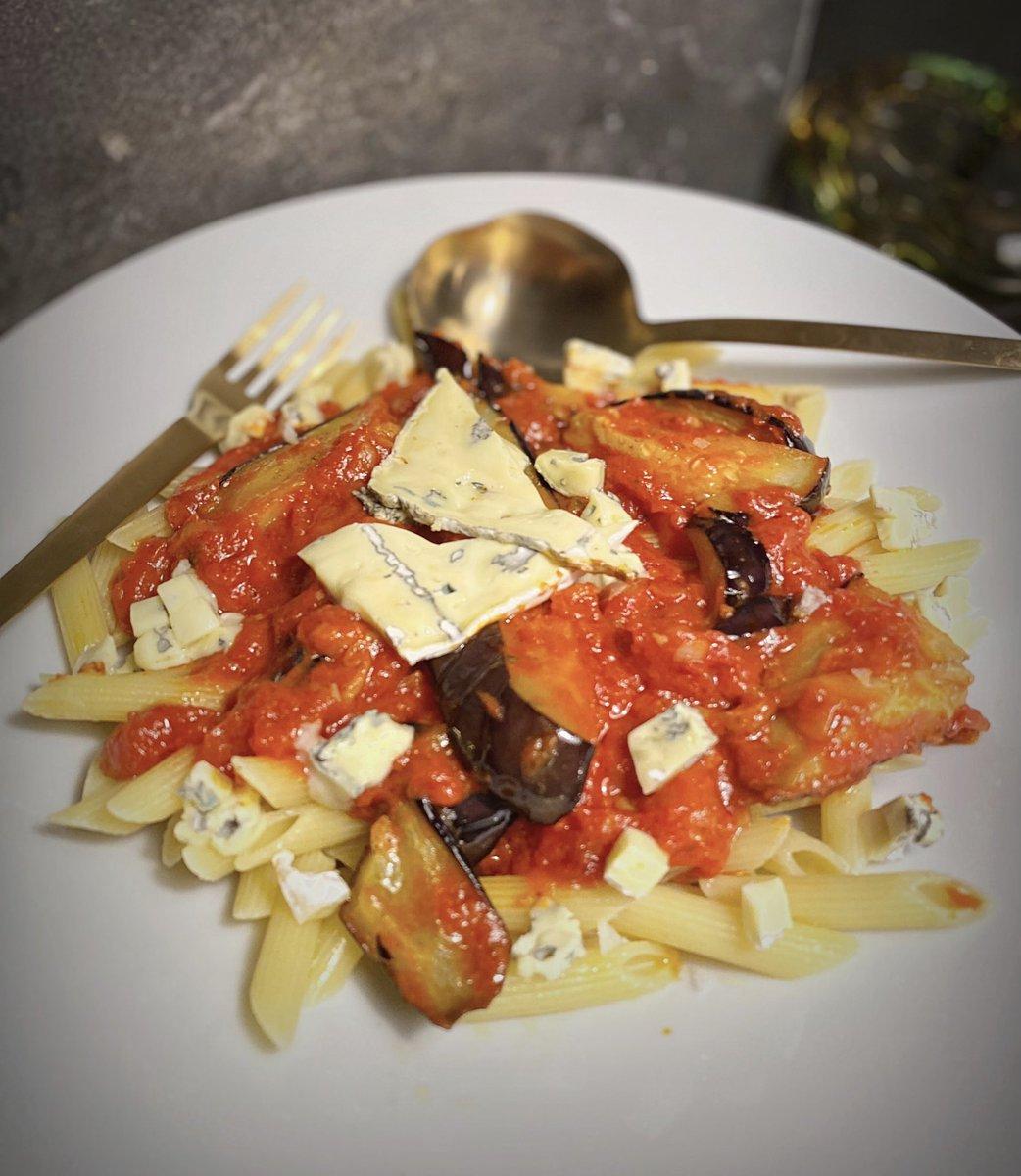 はあい、茄子とトマトとブルーチーズのペンネ〜見た目怖いくらいカビてますが、匂いも味もきつくないブルーチーズなので、とろとろの茄子と一緒にパスタに絡めてほおばってね〜Bon appétit〜🍆🍅🧀🍝🍷#裕木庵