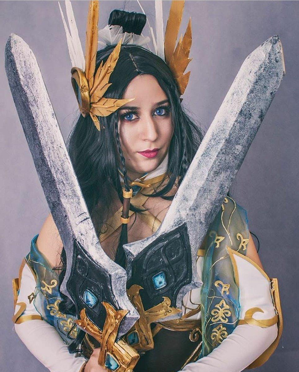 Irelia espada divina, virgo y thor  Ninguno es blanco puro pero ya sea en el cosplay o en la foto es el color que mas prevalece pic.twitter.com/KpRfNyMVyS