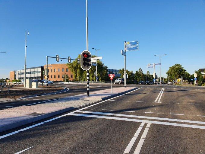 Naaldwijk Honselersdijk Grote kruispunt Burgemeester Elsenweg Dijkweg weer geheel open Ziet er keurig uit... https://t.co/PpYwy7ojvS