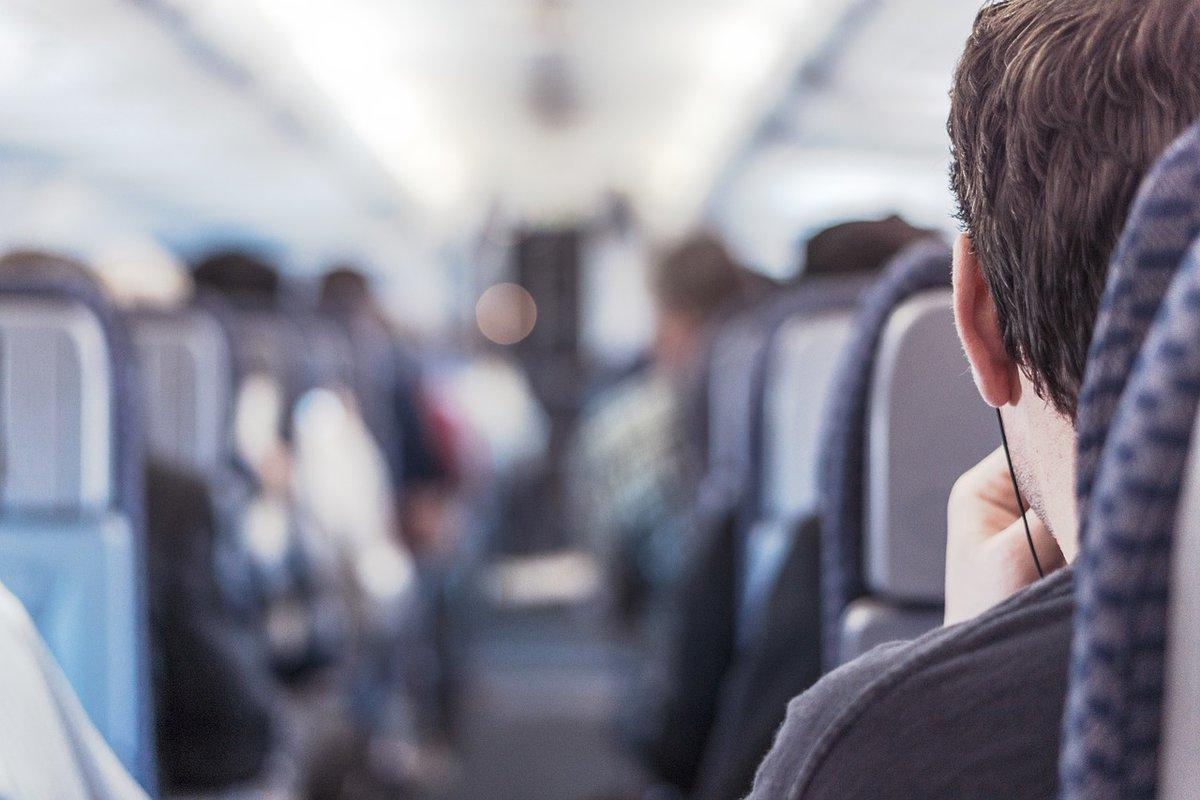 #TanieLoty Ekstremalne turbulencje na pokładzie. Niektórzy wylecieli z siedzeń. Panika i krzyk (film) - https://t.co/MlYVJM68sN https://t.co/GfGwR5FhJt
