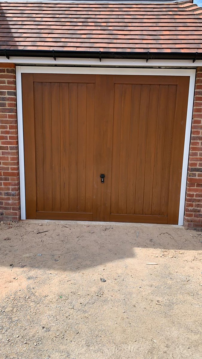 Newly installed CDC GRP Kingston up & over garage door fitted on retractable lifting gear with 4 crown gel flow coat. Fully finished in a Golden Brown woodgrain effect with contrasting white steel frames. #grp #bespoke #garagedoors #garagegoals #garages #goldenbrown https://t.co/0GSnhg2W4o