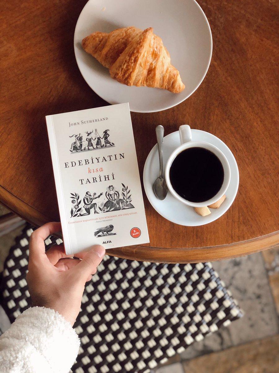 """Yeni haftada lezzetli kahvenize eşlik edecek bir öneri: John Sutherland """"Edebiyatın Kısa Tarihi"""" kitabında okurları dünyanın çeşitli yerlerindeki edebiyatın okura nasıl ulaştığını anlatmak için eğlenceli bir yolculuğa çıkarıyor.  Gordion Ada Kitabevi'nde! #GordionGibisiYok https://t.co/RSUTW2Fq3z"""