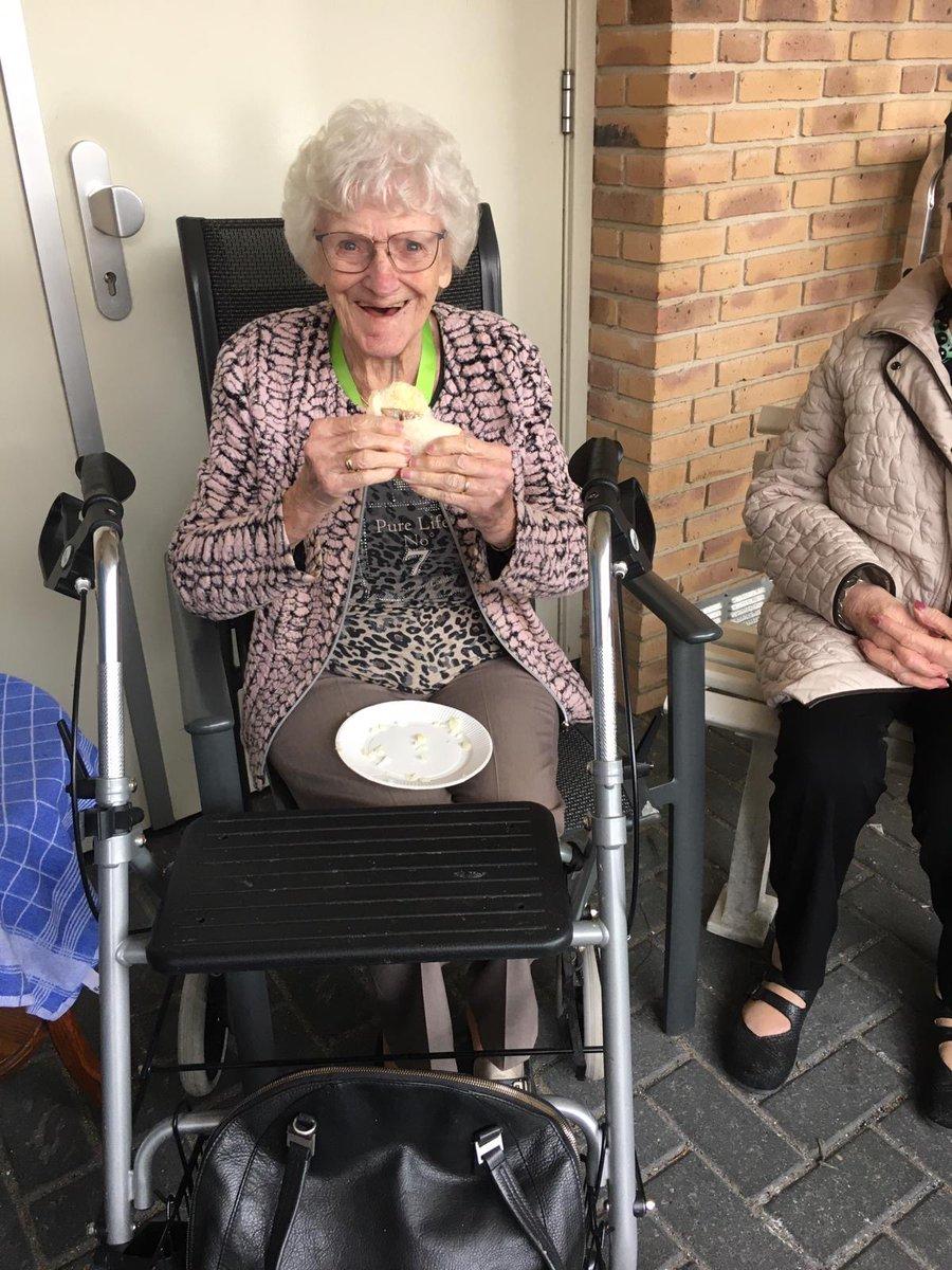 Vishandel Rosendaal heeft de bewoners getrakteerd op nieuwe haring. Ze hebben genoten! Bedankt Kees! #nieuweharing #genieten #ouderenzorg https://t.co/ICdBDZimGu