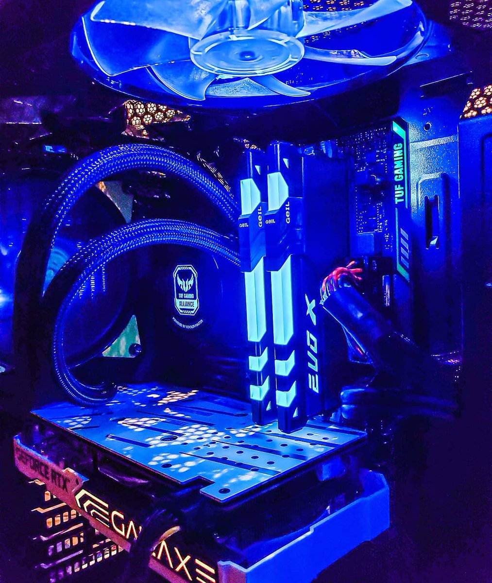 Try some different color schemes! It's really eye-catching with the amazing blue lights from EVO X II.  by: @rainerikuma  #YesGeILMemoryPics #GeILMemory #PCComponents #gaminghub #extremepc #pcmodding #dreampc #gamingcomputer #custompc #custompcbuild #pcaddictspic.twitter.com/R9o9Z5TY2n