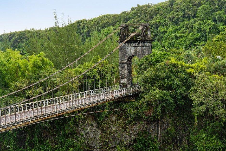 Le pont suspendu de la rivière de l'est parmi les monuments sélectionnés par la Mission Patrimoine de @bernstephane. Il fut le pont le plus long du monde lors de sa livraison en 1893 ! En savoir plus➡ https://t.co/ZWIuhRzabI Avec @FDJ et @MinistereCC #LotoDuPatrimoine #LaReunion https://t.co/sF3iU6wQIH