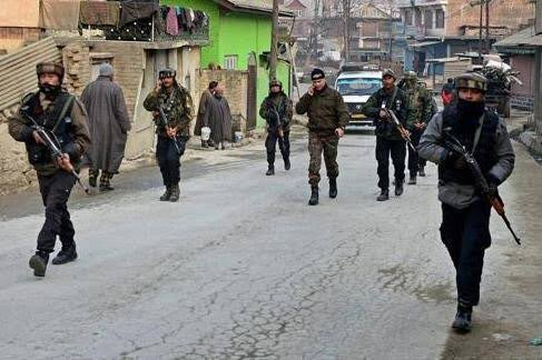 #Breaking: A massive cordon and search operation (CASO) has been  launched by the Indian Security forces in #Habakadal, #Srinagar following inputs about the presence of terrorists in the area. Random searches ongoing in the area.     More to follow. https://t.co/8NuX5De892