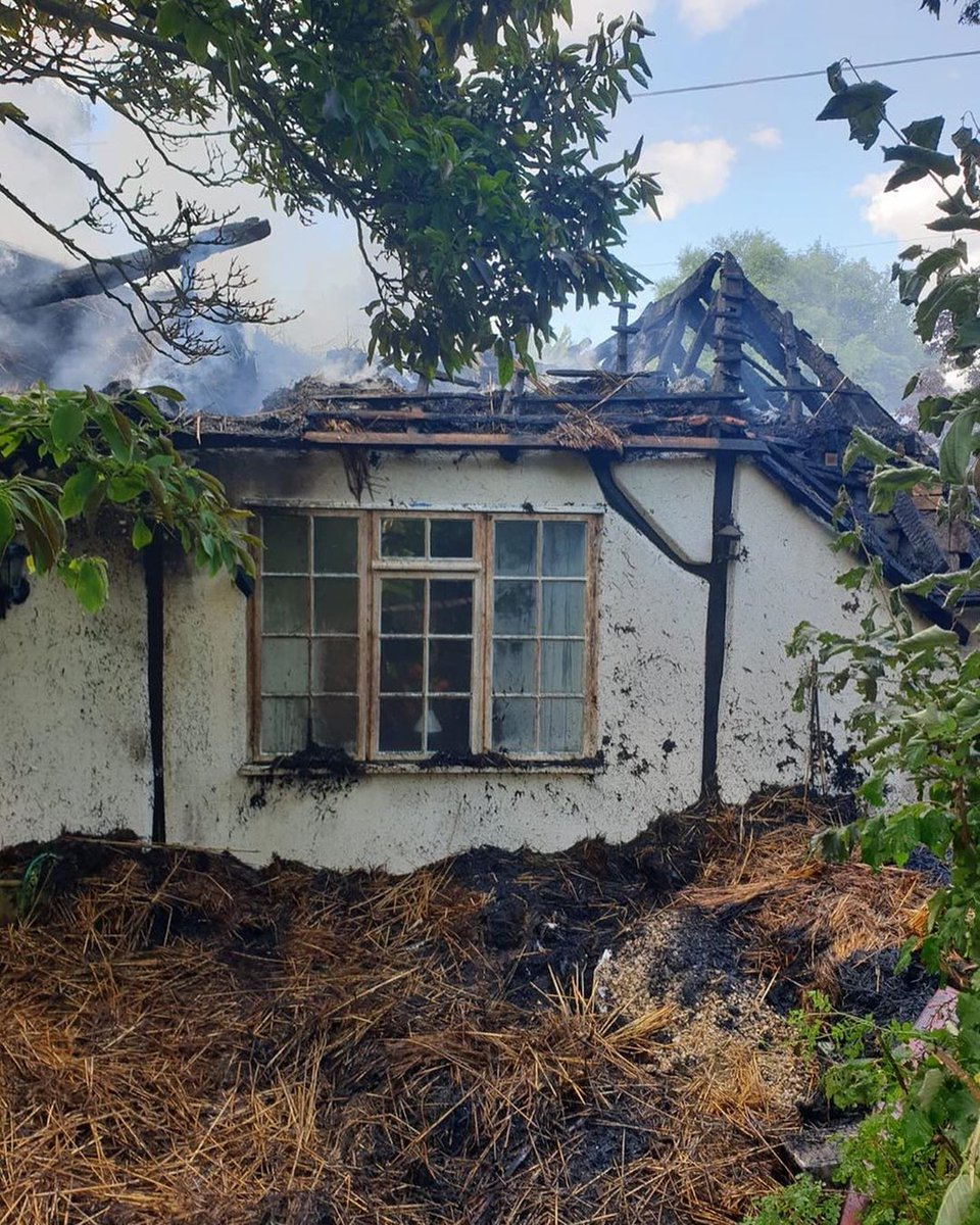 Over the weekend multiple #TeamHants appliances alongside @DWFireRescue were mobilised to a significant thatch fire in #Thruxton 🚒  If you would like more info on thatch living and keeping safe in your home visit our website 👉 https://t.co/KcIs4XLvLp https://t.co/tgH6GdleDQ