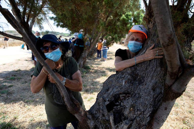 Hugging a tree in Israel to beat the coronavirus blues https://t.co/I0cmOxIbHN https://t.co/lbOSatDT5k