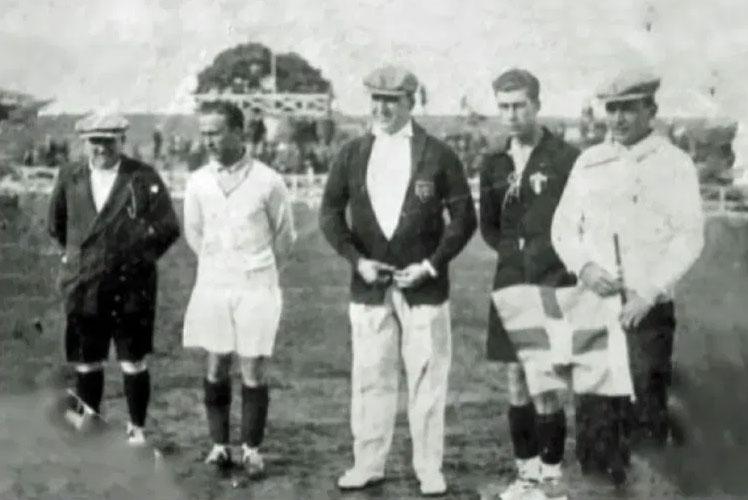 #onthisday Em 13 de julho de 1930, Lucien Laurent marcou o primeiro gol das Copas do Mundo. O francês abriu o placar na vitória da sua seleção sobre o México, por 4x1, no estádio de Pocitos, em Montevidéu.  #worldcup #lucienlaurent #footballhistory #onthisdayinfootball pic.twitter.com/obeQImarSC