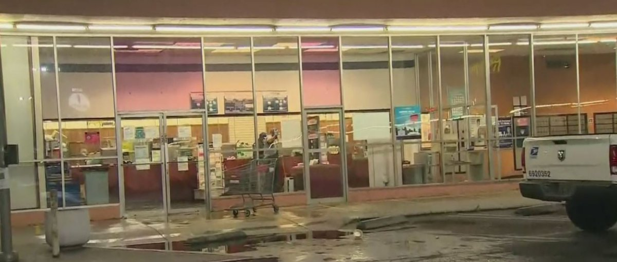 A post office was damaged by a water leak in the central Los Angeles neighborhood of Arlington Heights early Monday morning. https://t.co/2i30VbNcJu https://t.co/KK520ORNJX