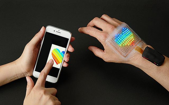 【未来】フルカラーの「皮膚に貼るディスプレイ」登場 https://t.co/tZNGZR4HmK  皮膚の動きに追従して伸び縮みする電子回路基板を応用したディスプレイ。18年に単色版を発表したが、フルカラー化に成功したという。 https://t.co/9fd775uxZS